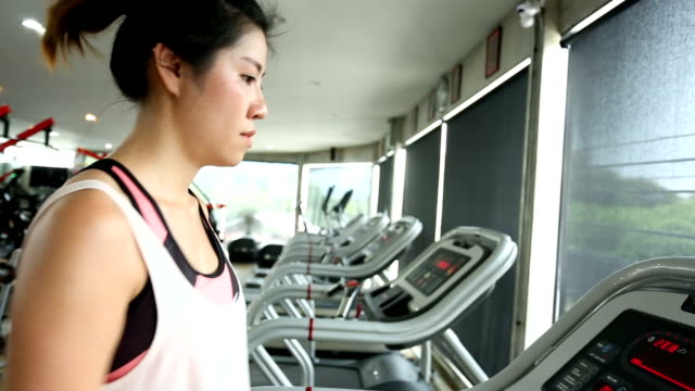 Sport Frau läuft auf Laufband, Herz-Kreislauf-Geräte