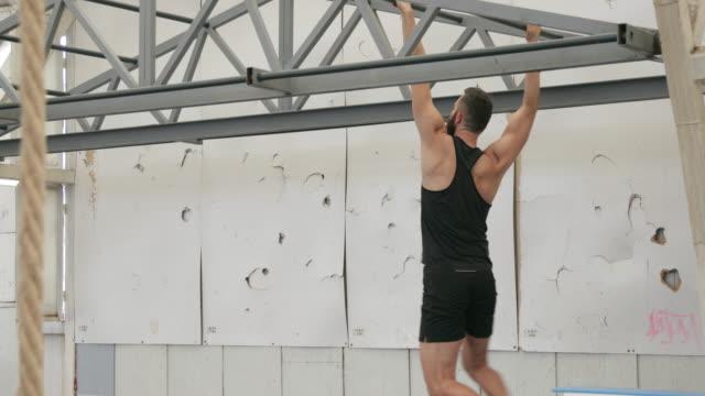 Sportler trainieren im Health Club, panning shot