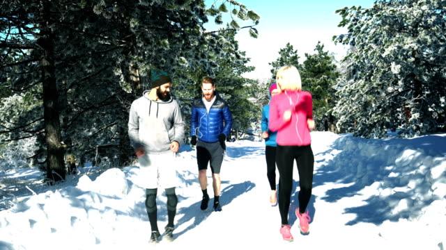 Sporters wordt uitgevoerd op de besneeuwde berg