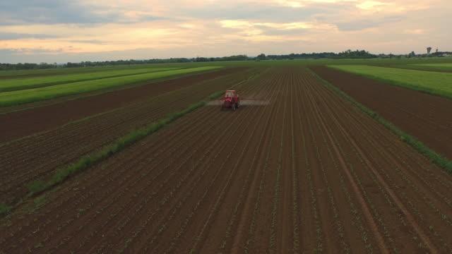 AERIAL sprühen Pestizide auf einem Feld