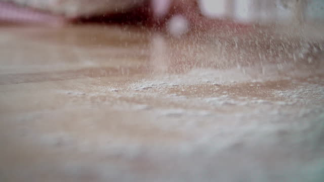 Diffusione farina sul tavolo