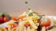 SLO MO Streuen Petersilie auf frischem Gemüse-pasta