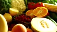 Stapel von frischem Obst und Gemüse.