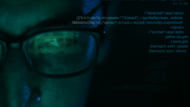 Stalker, affärsman eller Hacker Man som arbetar på dator