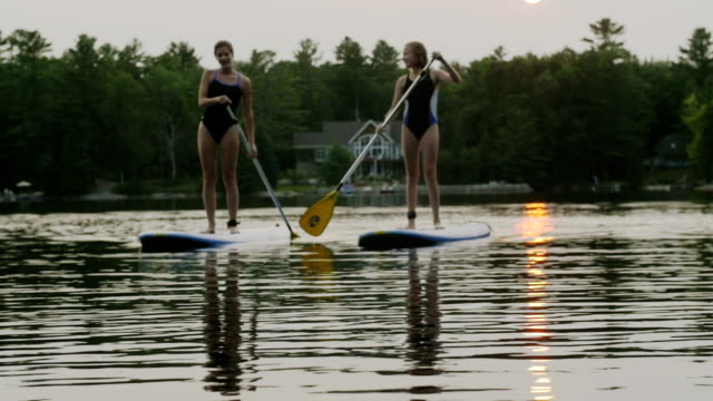 Stand up paddle boarding in un lago