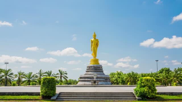 golden Buddha in piedi
