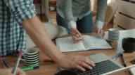 Starten Sie Team verbinden Hände in Einheit und feiern während der Arbeit an einem Projekt im casual Büro.
