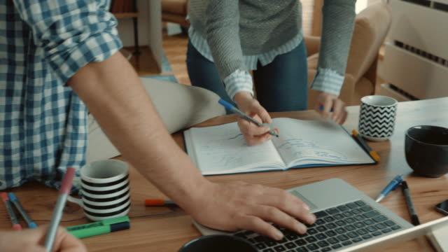Team handen meedoen eenheid en vieren tijdens het werken aan een project op toevallige kantoor opstarten.