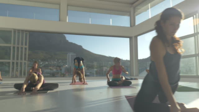 WS STEADYCAM_Big yoga class exercising in rooftop studio