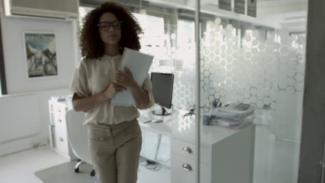 MS STEADYCAM_Businesswoman walking into casual meeting with coworkers, at modern office