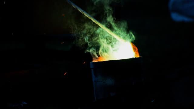 Stahl Industrie geschmolzenen Metalls. Making Prozess Stahl in Eisengießerei Pflanze.