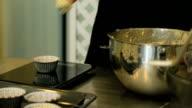 CU / Stir cream with chocolate