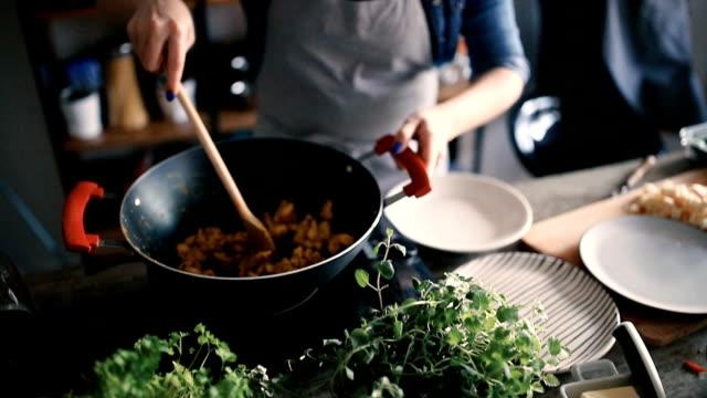 Het eten met het mengen van lepel roeren