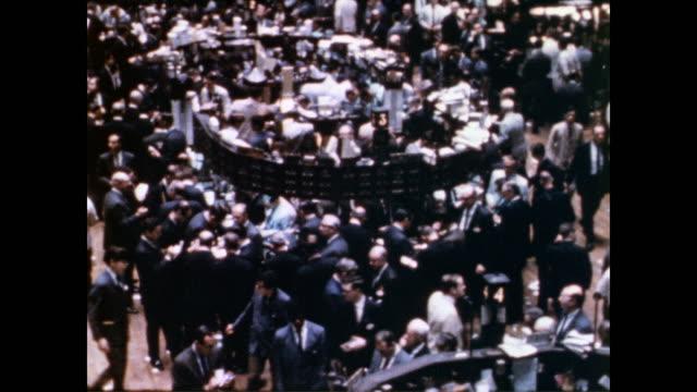 / stock traders working on the New York Stock Exchange floor / HA view of the trading floor Stock trading on the NYSE floor on May 28 1970 in New...