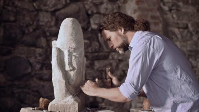 Steinhauer Skulptur stone mit hammer und Meißel