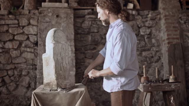 Steinhauer beginnt Skulptur stone mit hammer und Meißel