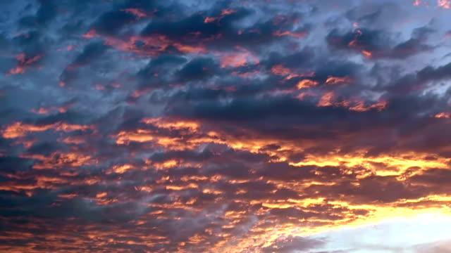 Tempesta nuvole al tramonto