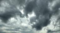 Stürmische schwarze Wolken in den Himmel Gestalt annehmen