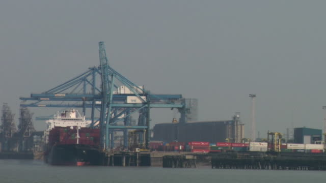 MS, straddle carriers by container ship at Tilbury docks / Tilbury, Essex, England