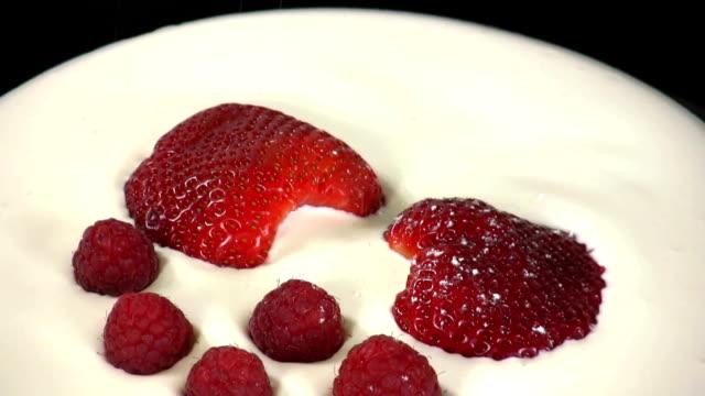 HD: strawberry in sour cream