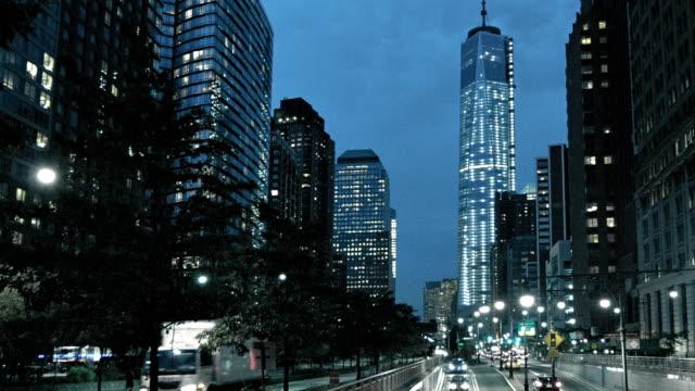 Straat bij Freedom tower's nachts, Manhattan, New York, Verenigde Staten