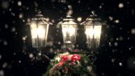 Street Lamp post im Schnee mit Weihnachten Kranz