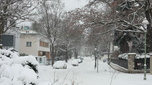 Strada con case in inverno con neve