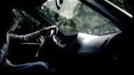 Gestresste junge Frau im Auto