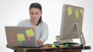 Sottolineato Giovane donna che lavora con pc e laptop simultanea.