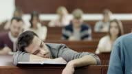Studente che dorme in aula