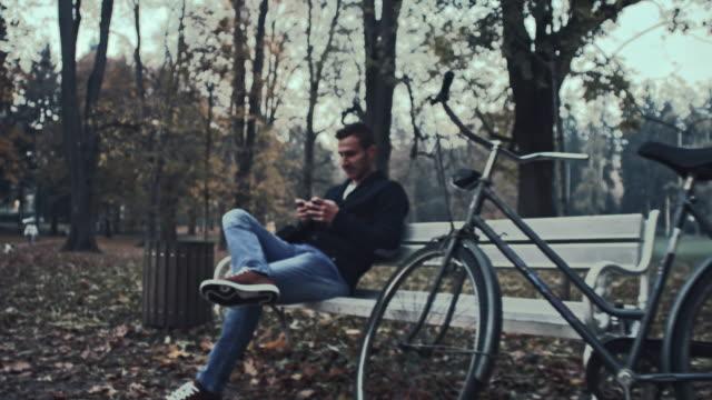 Student mit seinem smartphone, während im Park