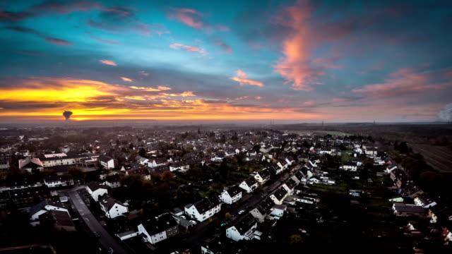 LUFTAUFNAHME: Vorort bei Sonnenuntergang