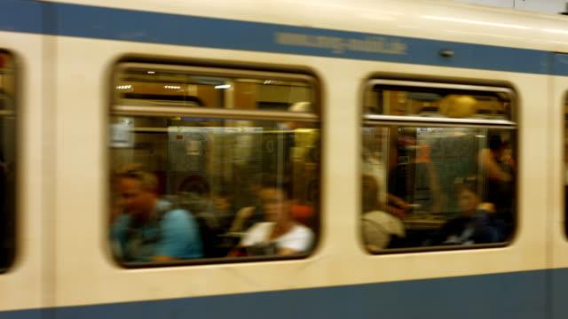 U-Bahn-Züge, die im Bahnhof (4 k UHD zu/HD)