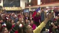Suena el final del partido y los seguidores de Chile explotan de alegria