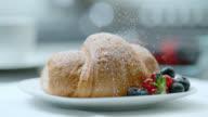 SLO MO sugar fallen auf ein croissant