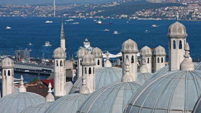 4K: Suleymaniye Mosque en de Bosporus-brug; Istanbul, Turkije