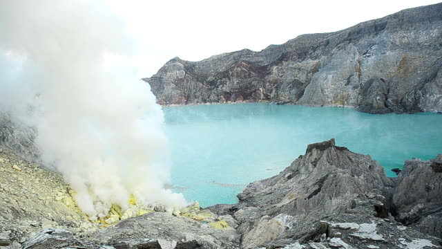 Sulphur Miners Mountain im Ijen Vulkan, Indonesien