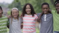 Summer camp Kinder im Freien zusammen