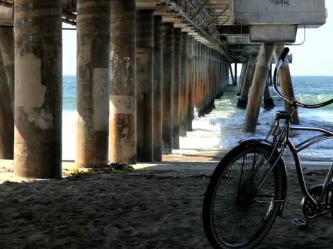 Sommer Szene: Rad, Pier, Wellen