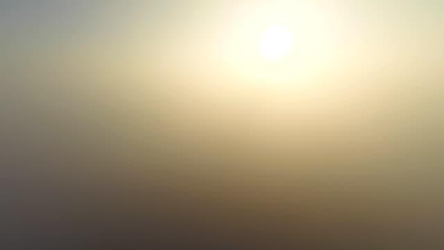 Sole aerea sopra la nebbia