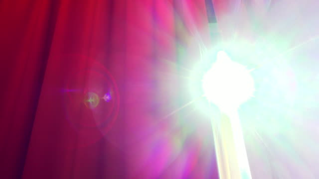 Luce solare attraverso rosso sipario