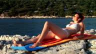 HD: Sonnenbaden auf dem Strand