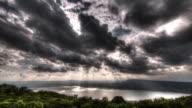 Sonnenstrahl und Wolken motion Überqueren Sie am lake