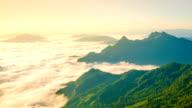 Soluppgång och dimma på bergen i norra thailand