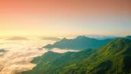 4 K : Sonnenaufgang und Nebel auf Blick auf die Berge im Norden von Thailand