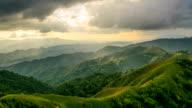 Sonnenaufgang in die Berge-Landschaft