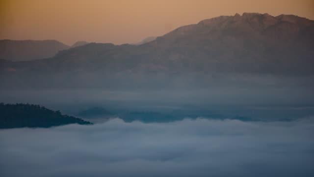 Sonnenaufgang auf die Berge, und die Bewegung von Nebel, 4 k (UHD), Zeitraffer