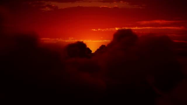Alba sopra le nuvole. Arancione cielo con soffici nuvole. Brillante sole.