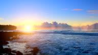Sonnenaufgang über Shipwreck-Strand auf Kauai, Hawaii