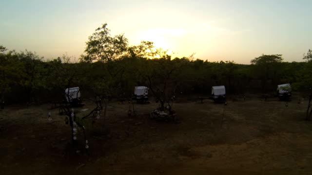 Zonsopgang boven de camping